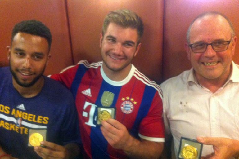 Trois des personnes qui ont aidé à neutraliser le tireur du Thalys le 21 août 2015. Chris Norman à droite de la photo.
