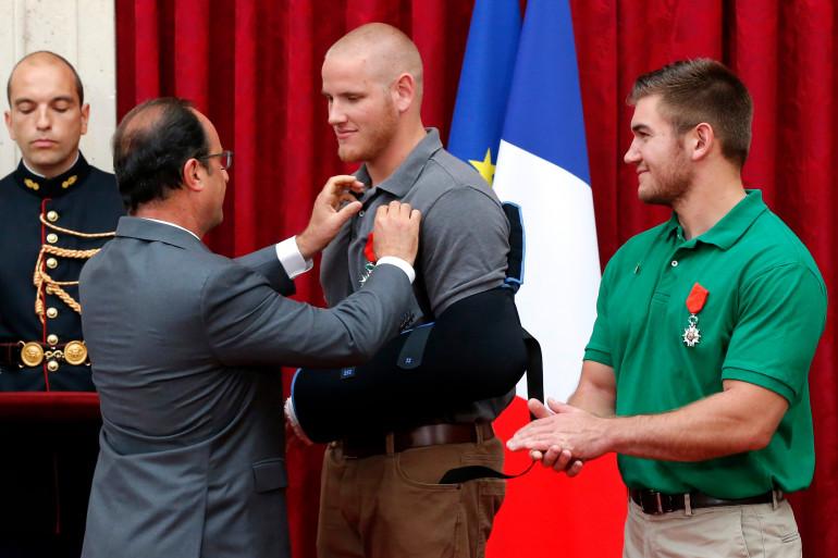 François Hollande remet la Légion d'honneur à Spencer Stone le 24 août 2015 à l'Élysée.