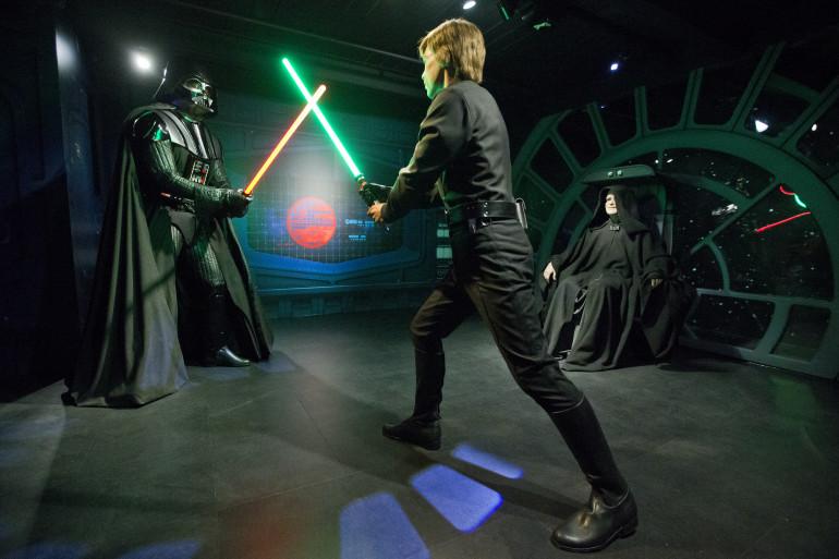 Des figures de cire représentant une bataille entre Luke Skywalker et Dark Vador sous les yeux de l'Empereur Palpatine à Londres