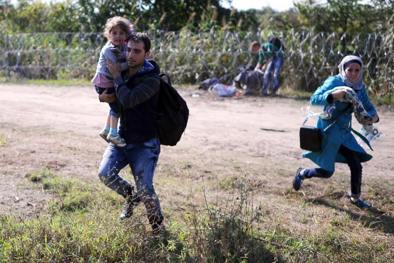 Une famille de migrants à la frontière entre la Hongrie et la Serbie en août 2015 (Illustration)
