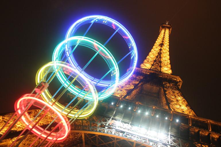 Les anneaux olympiques près de la Tour Eiffel le 12 mars 2005