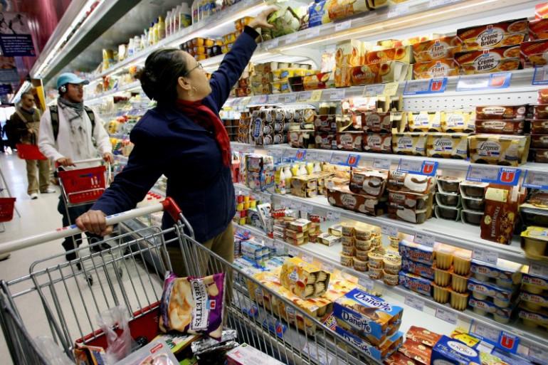 Une cliente fait ses courses dans un supermarché, le 7 novembre 2005 dans le centre de Lyon