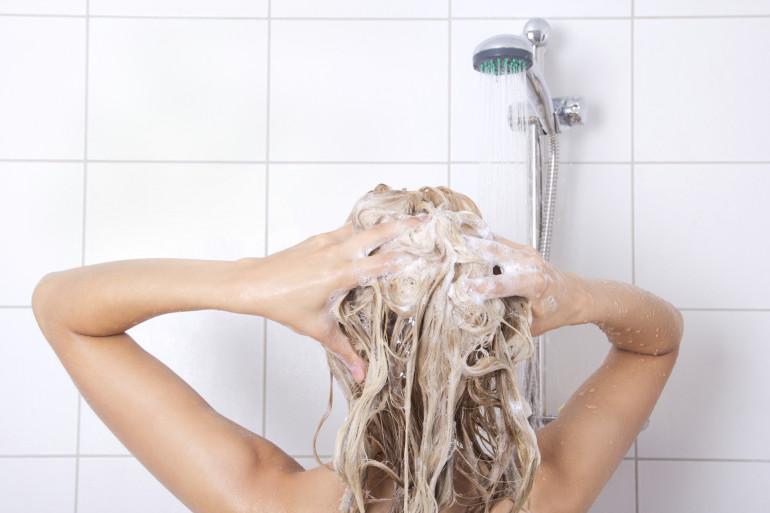 Une femme prenant une douche (illustration)