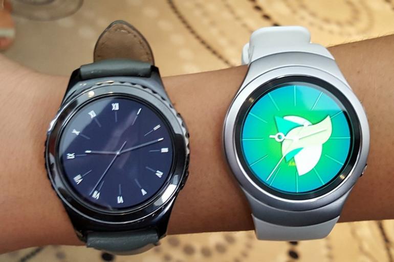 La Gear S2 (à droite) et la S2 Classic (à gauche) de Samsung