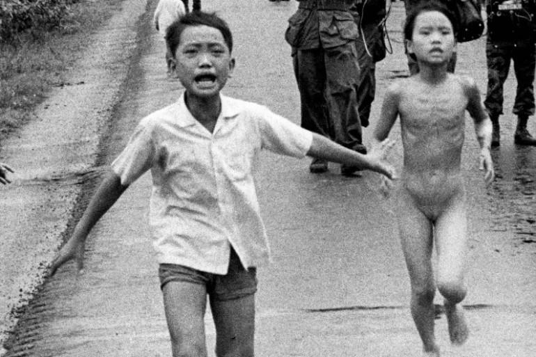 Une petite fille au Vietnam, qui court nue, brûlée par le napalm: la photo, prise en juin 1972, a changé l'image des américains sur la guerre du Vietnam