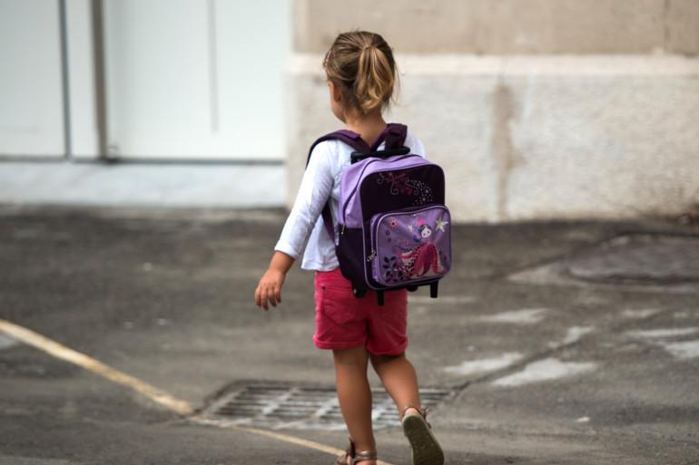 Une fillette dans une cours d'école de Marseille (Illustration)