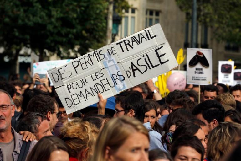 Une pancarte en soutien aux migrants syriens lors d'un rassemblement à Paris, le 5 septembre 2015