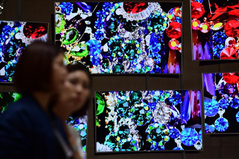 Des visiteurs devant les écrans UHD de Samsung au 55e salon IFA de Berlin