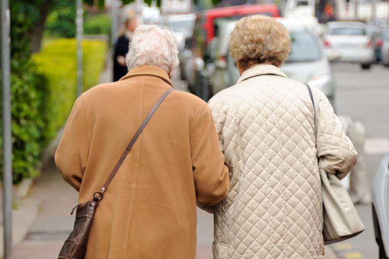 Deux personnes âgées (illustration).