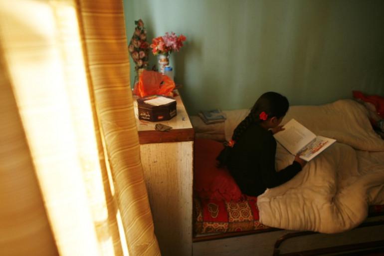 Au Népal, les jeunes filles doivent rester cloîtrées dans leur chambre pendant plusieurs jours au moment de leurs premières règles.