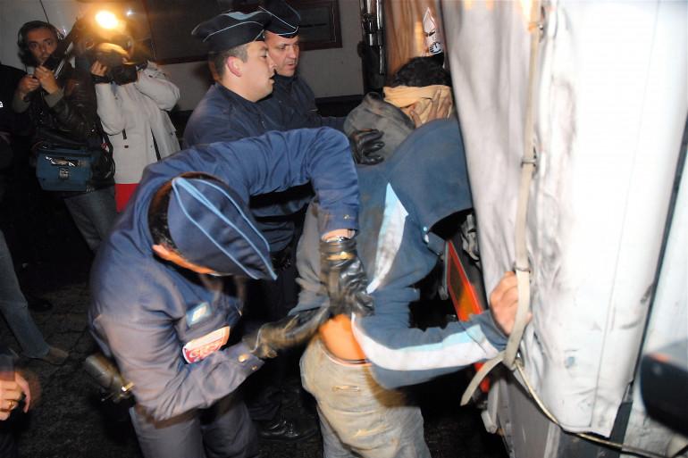 Des policiers arrêtent un camion (image d'archives)