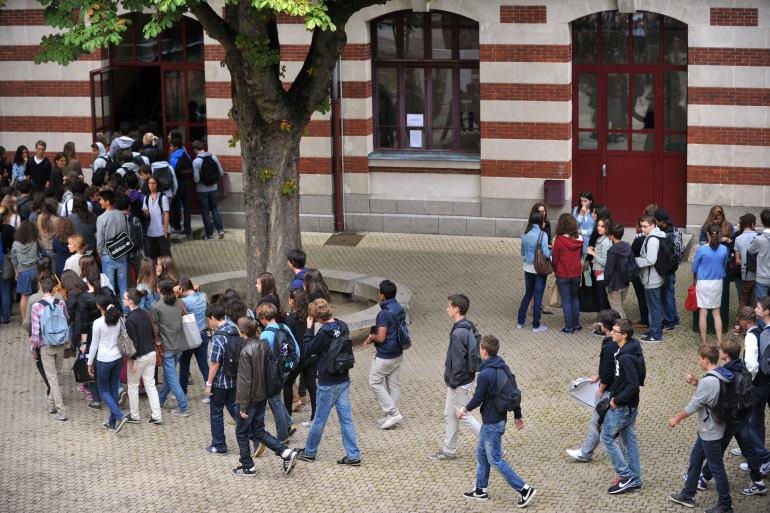 Des adolescents dans la cour d'un lycée (illustration).