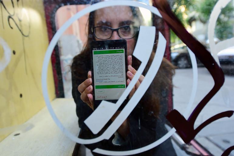 """Nina Kov, développeuse à l'origine d'""""InfoAid"""", présente une des pages de l'application, le 14 septembre en Hongrie."""