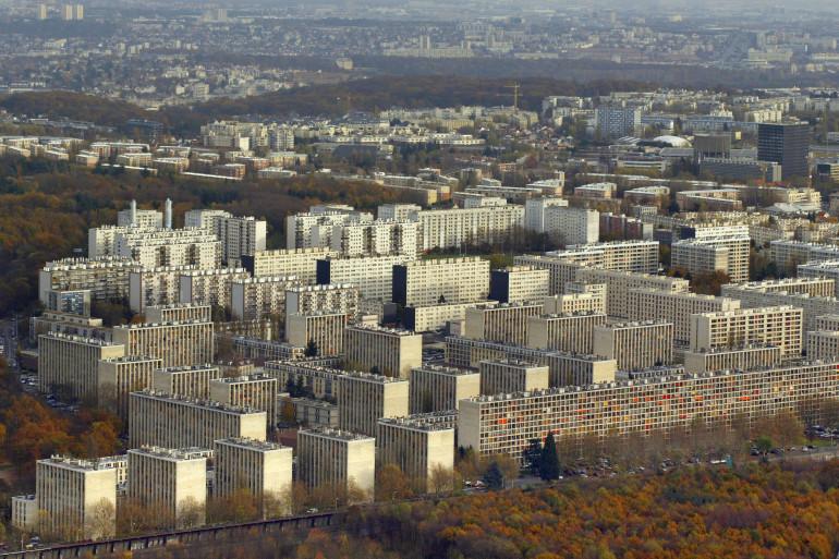 Vue aérienne d'une série de HLM à l'ouest de Paris