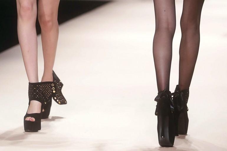 Des jambes de mannequins lors d'un défilé illustration.
