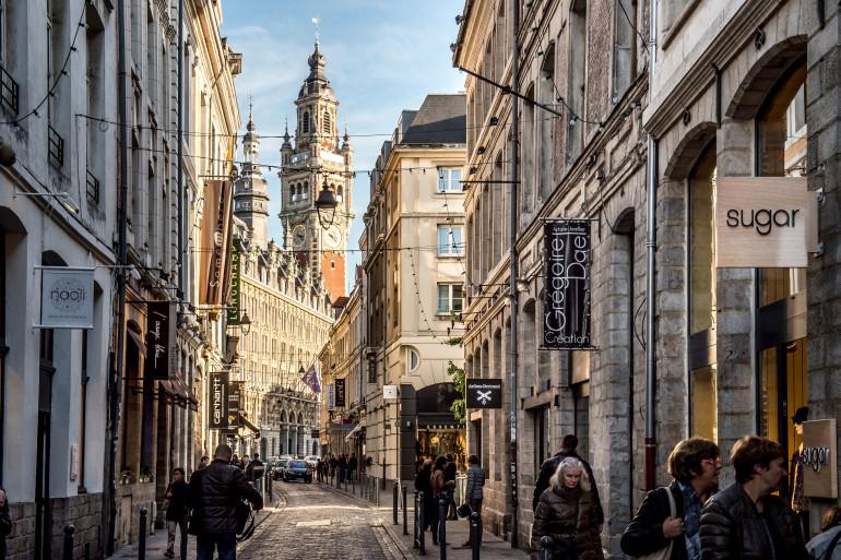 Des passants dans une rue de Lille (illustration).