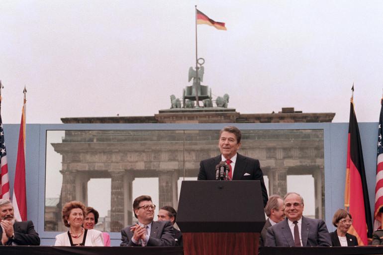 """Le président Ronald Reagan prononce un discours en juin 1987. """"Abattez ce mur"""", demande-t-il à M.Gorbatchev"""