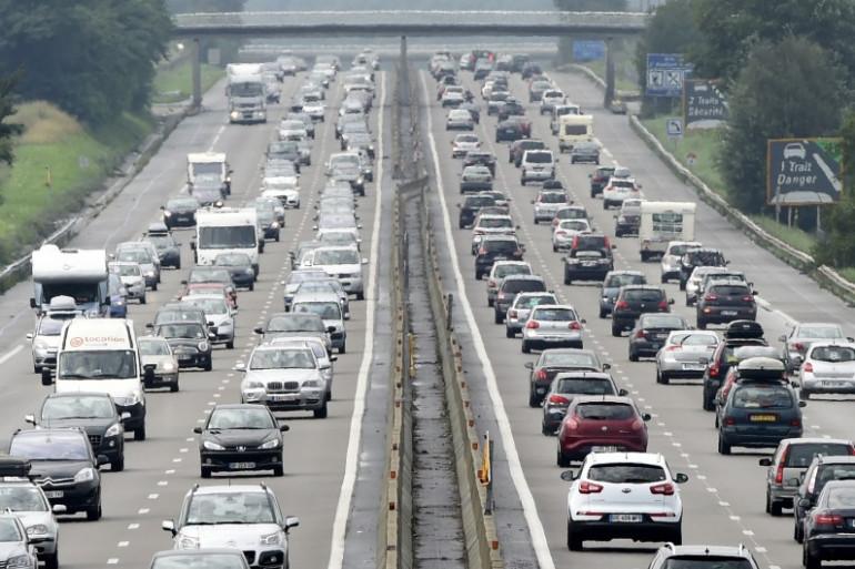 Des véhicules sur l'autoroute (illustration)