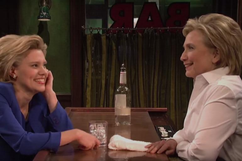 """Hillary Clinton (à droite) face à son sosie dans le """"Saturday Night Live"""" du 29 septembre"""