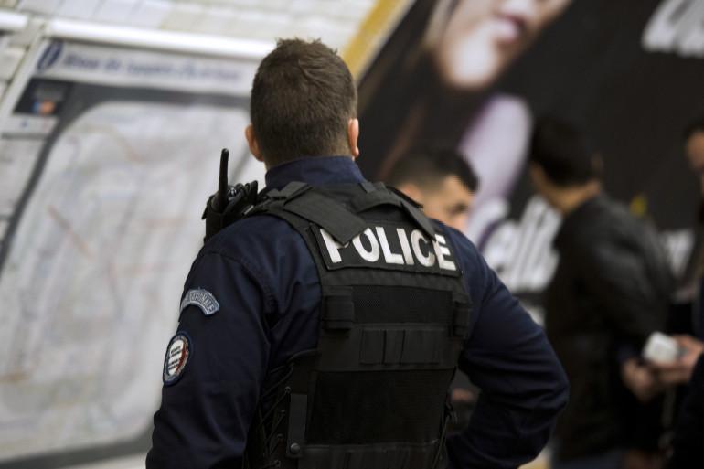 Un policier en charge des transports dans une station de métro à Paris