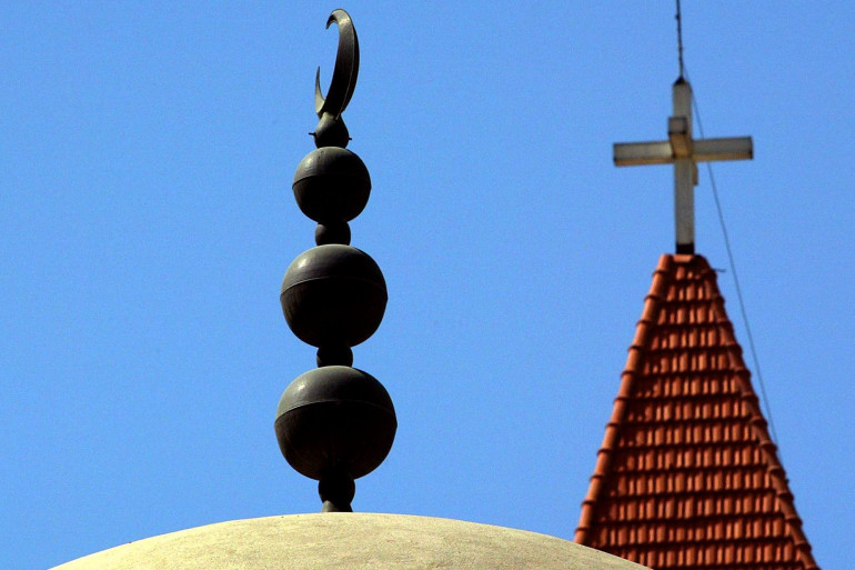 Le dôme d'une mosquée et celui d'une église à Beyrouth au Liban