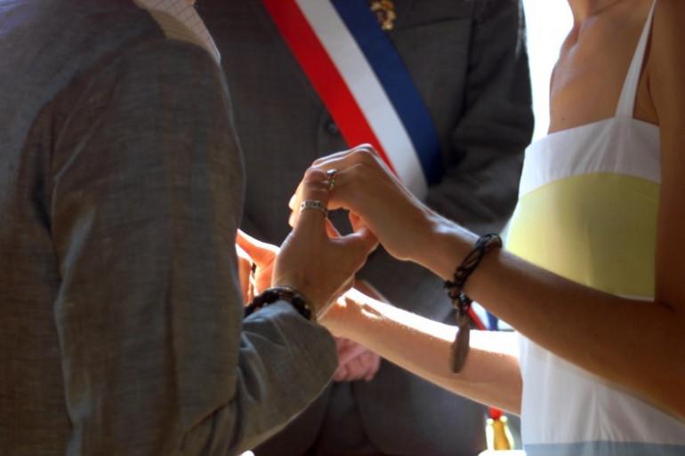 """Un couple de """"pacsés"""" passe devant le maire à Paris, le 11 août 2001"""