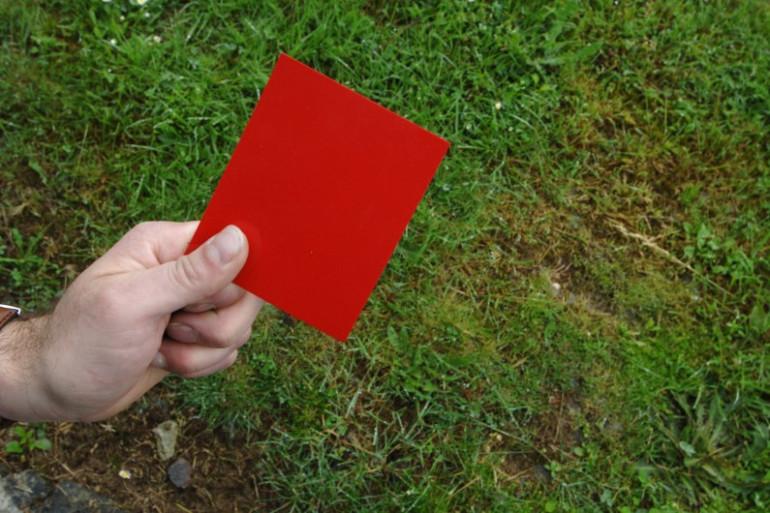 Un carton rouge sur un terrain de foot (illustration).