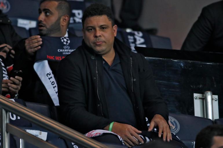 Ancien joueur du Real Madrid, c'est pourtant avec une écharpe du PSG que Ronaldo s'est assis dans les tribunes du Parc des Princes
