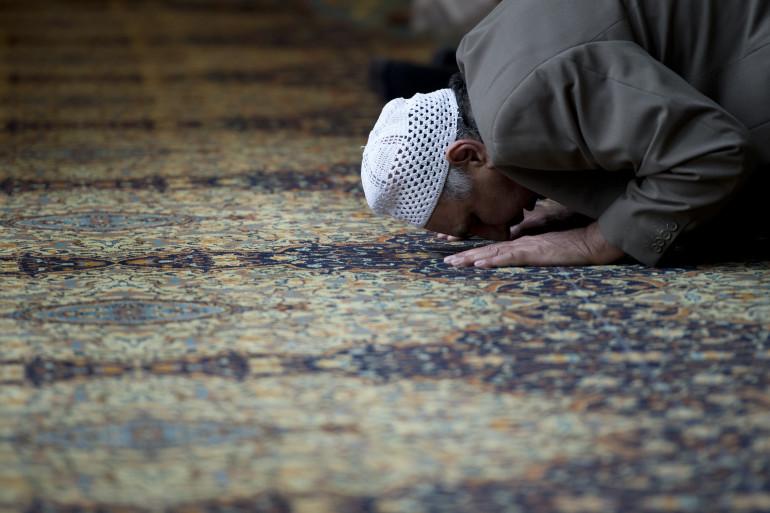 Un homme prie dans une mosquée (illustration)