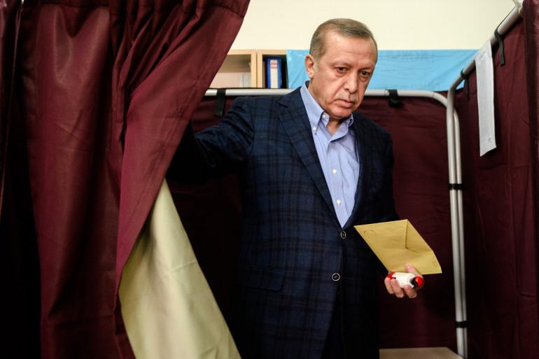 Le président turc Recep Tayyip Erdogan à la sortie des urnes lors des élections législatives en Turquie, le 1er novembre 2015.