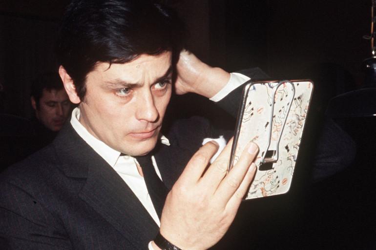 Alain Delon se regarde dans un miroir février 1970