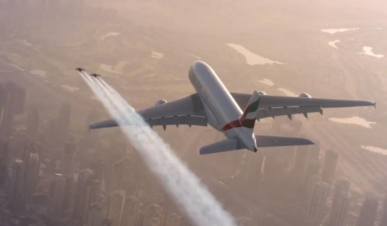 Jetman volant à côté d'un avion (illustration)