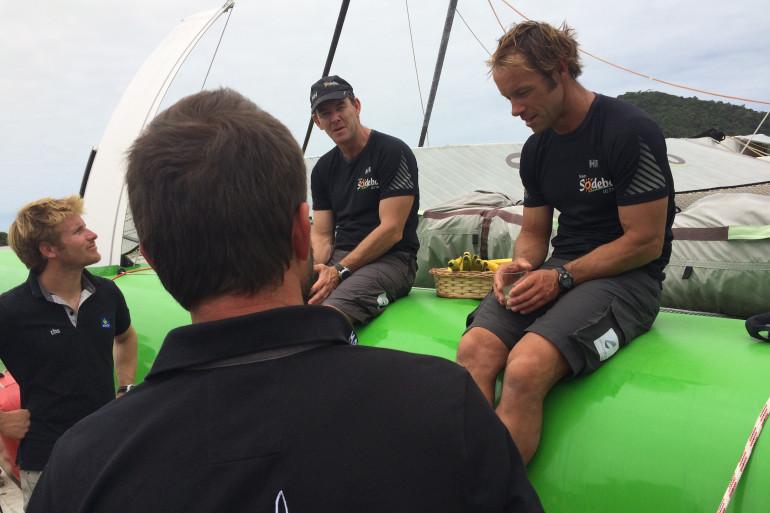 À l'arrivée au ponton, François Gabart (à gauche) et Pascal Bidegorry (de dos) viennent féliciter Jean-Luc Nélias et Thomas Coville