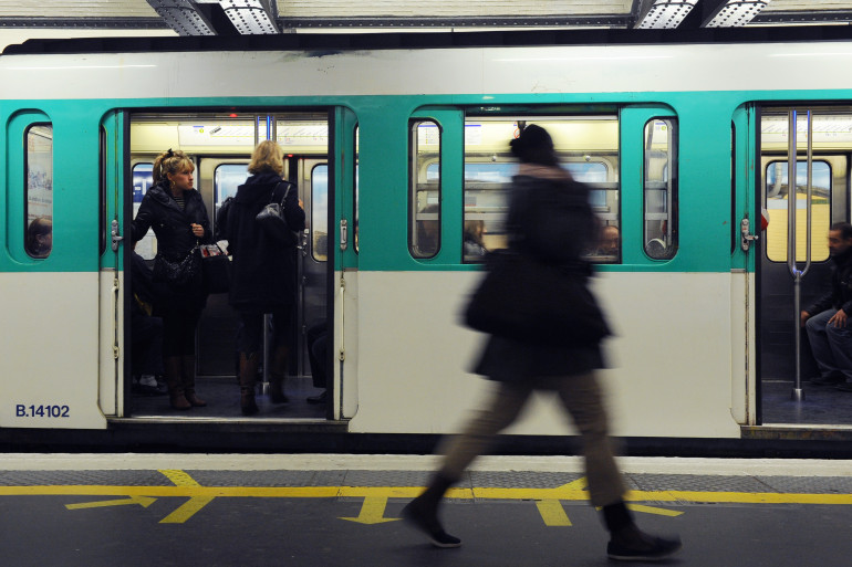Une femme sur un quai de métro à Paris