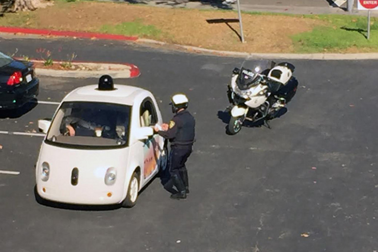 Un policier arrête une voiture sans conducteur de Google pour excès de lenteur en Californie