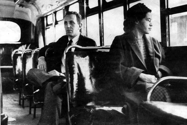 Un cliché d'archives avec Rosa Parks dans le fameux bus de Montgomery, dans l'Alabama