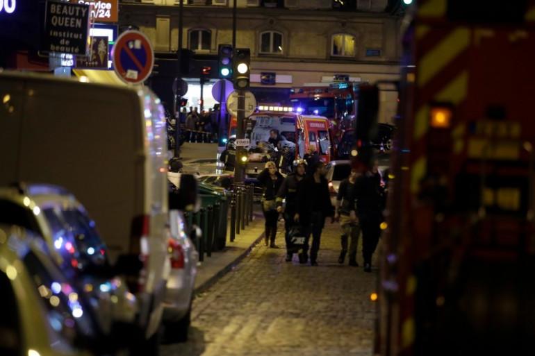 Les pompiers interviennent rue Bichat à Paris après la fusillade, vendredi 13 novembre 2015.
