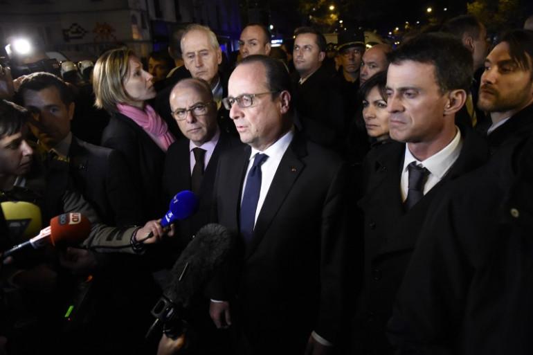 François Hollande entouré de Bernard Cazeneuve, Anne Hidalgo et Manuel Valls, aux abords du Bataclan à Paris.