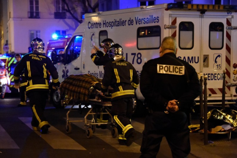 Les services de secours près du Bataclan lors des attentats à Paris, dans la nuit du 13 au 14 novembre