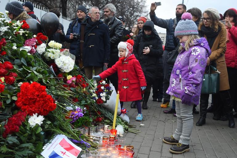 Attentats à Paris : les rassemblements se multiplient dans la capitale.