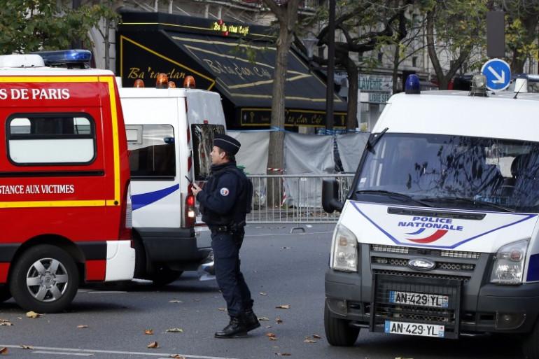 Un policier patrouille aux alentours du Bataclan, à Paris, samedi 14 novembre