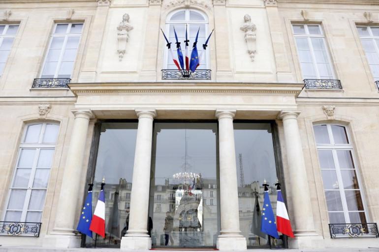 Les drapeaux de la façade de l'Élysée mis en berne le 14 novembre