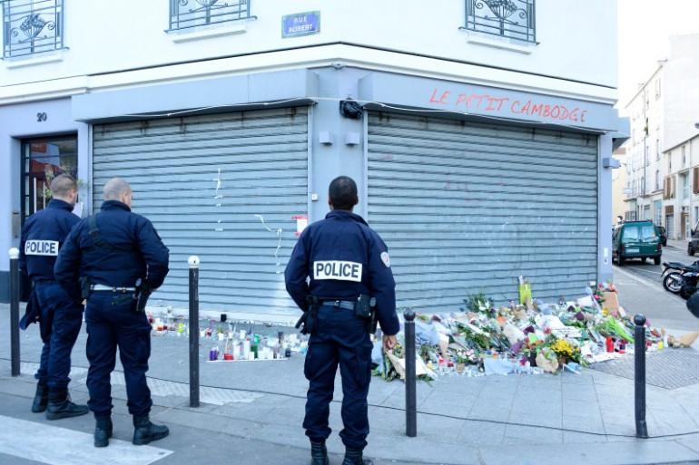 """La police devant le restaurant """"Le Petit Cambodge"""" à Paris, où 15 personnes ont été tuées vendredi 13 novembre."""