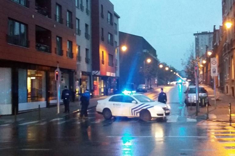 La police belge bloque une rue de Molenbeek, lors de l'arrestation de suspects des attentats à Paris, le 14 novembre 2015.