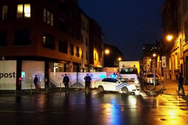 Les forces de l'ordre belges vérouillant l'accès à une rue dans le district de Molenbeek à Bruxelles le 14 novembre