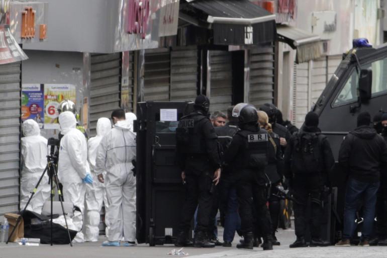 Les hommes de la police ont donné l'assaut contre des terroristes présumés à Saint-Denis