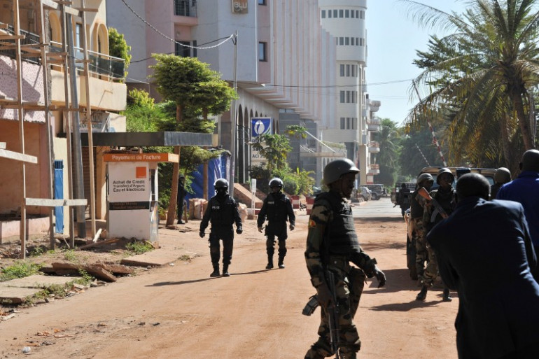 Des militaires devant l'hôtel Radisson à Bamako, au Mali