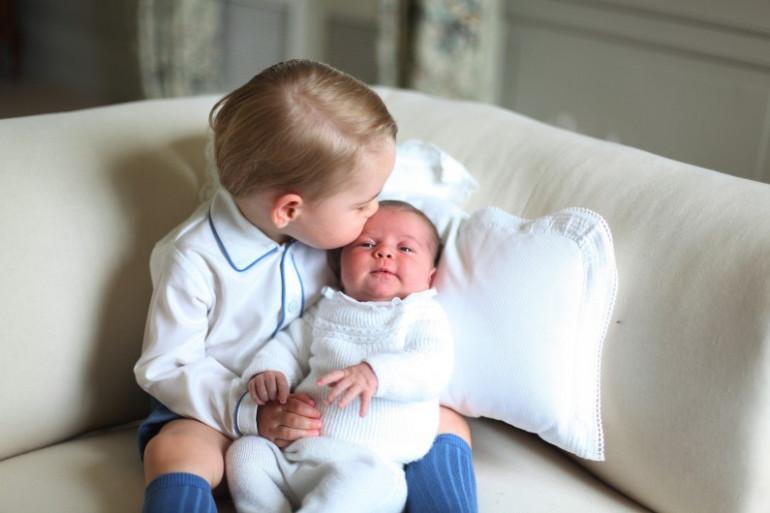 """D'après Kate Middleton, la princesse Charlotte s'entend bien avec George, """"son bruyant grand frère"""""""