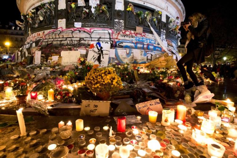Attentats à Paris : les hommages se multiplient dans la capitale