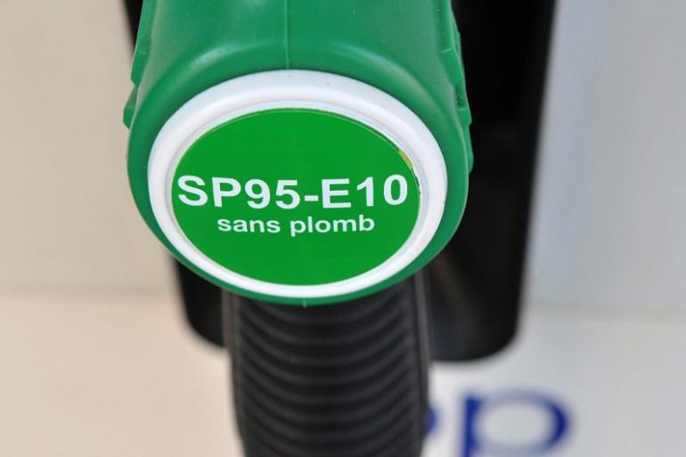 Une pompe à essence proposant un mix sans plomb - éthanol